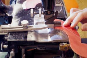 写真:革を漉きます