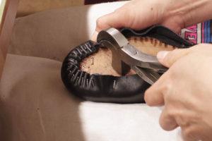 写真:靴の形につり込みます