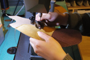 写真:革を縫います